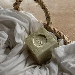 Imaginez cette douce odeur de linge propre, ce parfum authentique et délicat si reconnaissable… Souvenirs d'enfance quand vous vous glissiez dans vos draps fraichement lavés ou souvenirs de vacances en Provence, le savon de Marseille est un symbole de tradition et d'authenticité 🌿Biodégradable et économique, il devient aujourd'hui l'indispensable du quotidien et s'intègre parfaitement dans votre routine zéro déchet ♻️🇬🇧 Imagine this sweet smell of clean laundry, this authentic and delicate fragrance so recognizable… Childhood memories when you slipped into your freshly washed sheets or memories of holidays in Provence, Marseille soap is a symbol of tradition and authenticity 🌿Biodegradable and economical, it is today the indispensable for everyday life and fits perfectly into your zero waste routine ♻️#tade #tadepaysdulevant #tadépaysdulevant #alepposoapco #alepposoap #soap #savon #savondalep #savondalepveritable #paindalep #cosmosnaturalcertified #cosmetiquenaturelle #handcare #skincare #savondemarseille #marseillesoap #realmarseillesoap #traditiondemarseille #pneurecyclé #decoration #recycled #ecofriendly #trendy #homedecorating #authenticsoap #realalepposoap