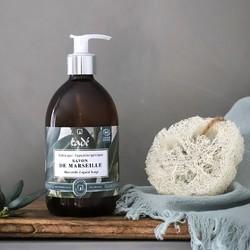 """Comme son ancêtre le savon d'Alep, ce savon liquide type """"Marseille"""" résulte de la saponification ancestrale au chaudron en discontinu de l'huile d'olive (80 %) et de la potasse naturelle. En cours de cuisson, l'artisan savonnier y incorpore 20 % d'huile de coprah bio, pour son pouvoir moussant 🧼À disposer dans chaque pièce d'eau dans la maison pour bénéficier de sa bonne odeur de propre et de naturel, souvenir du linge des lavandières de Provence 🌾#tade #tadepaysdulevant #marseillesoap #savondemarseille #savondemarseilleliquide #savondemarseillevéritable"""