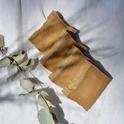 Le saviez-vous ? Notre pain d'Alep® est également disponible en barre brute d'un kilo, taillée dans la masse d'une pâte cuite au chaudron, coulée et saisie à même le sol.À l'issue d'une longue année de maturation, cette barre est découpée au fil en une dizaine de petits rectangles, format de règle au hammam. Très pratique, ils trouvent facilement leur place près de tous les points d'eau de la maison pour le lavage des mains !Ce joli coffret peut également être offert en toute occasion 🎁#savondalep #alepposoap #tade #tadepaysdulevant #savondalepveritable #cosmetiquesnaturels #savonnaturel@tadeitalia @tade.spain @tade_nl