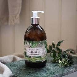 """Laissez-vous emporter par l'envoutante fragrance Jasmin du Nil de notre savon liquide surgras, certifié bio. Élaboré à partir d'huile vierge d'olive cuite au chaudron, riche en antioxydants, il nettoie délicatement votre peau, sans l'assécher.Comme tous nos produits de soin, nos savons liquides certifiés BIO sont sans sulfates ni tensioactifs de synthèse, sans colorant ni huile de palme, sans EDTA, BHT ou phénoxyethanol! Connaissiez-vous notre Black List ? 🚫🇬🇧 Let yourself be carried away by our enchanting """"Jasmin du Nil"""" fragrance from our super-fat liquid soap, BIO certified. Made from virgin olive oil cooked in a cauldron, rich in antioxidants, it gently cleanses your skin without drying it out.Like all our skincare products, our BIO certified liquid soaps are free of sulphates and synthetic surfactants, colouring and palm oil, EDTA, BHT and phenoxyethanol! Did you know our Black List? 🚫#tade #tadepaysdulevant #tadépaysdulevant #alepposoapco #alepposoap #soap #savon #savondalep #savondalepveritable #paindalep #cosmosnaturalcertified #cosmetiquenaturelle #handcare #skincare #savondemarseille #marseillesoap #realmarseillesoap #traditiondemarseille #pneurecyclé #decoration #recycled #ecofriendly #trendy #homedecorating"""