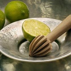 Qui dit été dit jus frais ! 🥤Avec notre original presse-agrumes 🍋 en bois de chêne, écologique et esthétique, réalisez des jus délicieux ou des limonades rafraichissantes, tout en conservant parfaitement l'arôme naturel et les vitamines des fruits 🍊Si vous appréciez les senteurs citronnées, profitez de l'offre promo sur notre gamme Cologne : un savon surgras offert pour tout achat d'une gelée et d'une eau ! ✨🇬🇧 Summer means fresh juice! 🥤With our original juicer 🍋 made of oak wood, ecological and aesthetic, make delicious juices or refreshing lemonades, while perfectly preserving the natural aroma and vitamins of the fruits 🍊If you like lemony scents, take advantage of the special offer on our Cologne range: a free superfatted soap with every purchase of a jelly and a water! ✨#tade #tadepaysdulevant #alepposoapco #alepposoap #soap #savon #savondalep #savondalepveritable #paindalep #cosmosnaturalcertified #skincare #savondemarseille #marseillesoap #realmarseillesoap #pneurecyclé #seldelamermorte #mermorte #cosmétiquebio #cosmétiquenaturelle