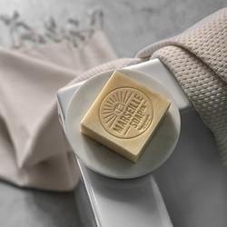 Dans la salle de bain, le blanc s'accorde avec les couleurs et les matières pour créer un ensemble lumineux, à la fois intemporel et tendance ! Misez sur quelques accessoires pour décorer votre pièce et lui apporter davantage de modernité : porte-savon minimaliste en marbre blanc, fouta traditionnelle à l'ivoire éclatant, délicate savonnette parfumée aux senteurs de Provence. On adore cette ambiance épurée et chic !Et vous, plutôt salle de bain blanche ou colorée ? 🛁🤍#tade #tadepaysdulevant #decosalledebain #bathroomdecoration #decohomeinspiration #minimalistdecoration #marseillesoap #savondemarseille