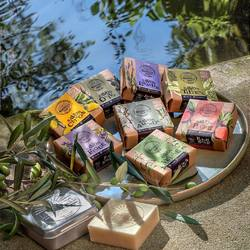 Amande, Citron 🍋, Figue, Lavande, Pêche 🍑, Tilleul, Olive , Verveine, découvrez 8 senteurs de Provence dans nos savonnettes emblématiques à l'huile d'olive Marseille Soap Co ! Gorgées de vitamines, d'antioxydants, sans huile de palme et colorant, vous n'avez plus d'excuses pour ne pas les adopter !Et vous, quelle est votre senteur préférée ? 😍#savondemarseille #marseillesoap #savons #cosmetiquesnaturels #cosmetiquesbio #figue #peche #provence