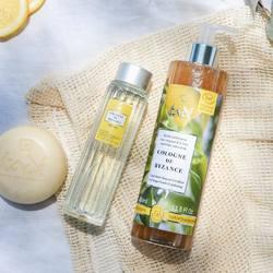 L'été sera ensoleillé 🌞 avec notre gamme Cologne de Byzance et ses notes acidulées !Découvrez une collection unique composée : 🍋 D'un savon surgras aux essences naturelles de citron et de lavande. Il est l'allié bien-être du matin, pour tonifier, et du soir, pour apaiser. 🍋 D'une eau de Cologne prisée pour l'exquise fraîcheur de son parfum et ses propriétés désinfectantes de son alcool à +70°. L'été, elle agit comme répulsif contre les moustiques. 🍋 D'une gelée exfoliante à la texture fondante et au parfum raffiné de Cologne qui nettoie parfaitement la peau tout en éliminant en douceur les impuretés.Comment ne pas craquer ? ✨🇬🇧 Summer will be sunny 🌞 with our Cologne de Byzance range and its tangy notes!Discover a unique collection composed of : 🍋 An overgreasy soap with natural essences of lemon and lavender. It is the ally of well-being in the morning, to tone up, and in the evening, to soothe. 🍋 An eau de Cologne prized for the exquisite freshness of its fragrance and the disinfecting properties of its +70° alcohol. In summer, it acts as a mosquito repellent. 🍋 An exfoliating jelly with a melting texture and a refined Cologne fragrance that perfectly cleanses the skin while gently removing impurities.How not to fall for it? ✨#tade #tadepaysdulevant #tadépaysdulevant #alepposoapco #alepposoap #soap #savon #savondalep #savondalepveritable #paindalep #cosmosnaturalcertified #skincare #savondemarseille #marseillesoap #realmarseillesoap #pneurecyclé #eaudecologne #byzance #senteurcitron