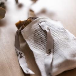Vos fins de savon à la poubelle ? Pas question ! ❌ Notre élégant pochon permet d'utiliser vos soins solides jusqu'au dernier morceau ! 1. Placez-les à l'intérieur du sac 2. Refermez-le, mouillez-le et savonnez-vous comme avec votre gant de toilette 3. Un gommage d'exception grâce à sa texture exfoliante !Économique, écologique, il est aussi très pratique pour y transporter tous produits solides. Astucieux non ? 😍#tade #tadepaysdulevant #sacasavon #savondalep #alepposoap #veritablesavondalep #cosmetiquebio