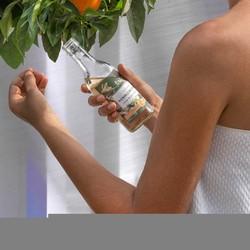 Touche finale du bain de vapeur ou de votre routine de soins, l'eau de beauté au néroli Tadé nettoie, rafraîchit et parfume le visage et le corps de sa note fleur d'oranger. Merveilleuse pour peau normale ou délicate, elle peut être appliquée sur le visage, en tonique le matin ou en après démaquillant le soir.🌿 Astuces beauté by Tadé : 🍊 Pour un bain relaxant, y verser l'équivalent d'un petit verre. 🍊 Quelques gouttes sur l'oreiller pour une nuit paisible. Utiliser non diluée.🇬🇧 The final touch to your steam bath or skincare routine, Tadé Neroli Beauty Water cleanses, refreshes and perfumes the face and body with its orange blossom note. Wonderful for normal or delicate skin, it can be applied to the face as a toner in the morning or as an after makeup remover in the evening.🌿 Beauty tips by Tadé: 🍊 For a relaxing bath, pour in the equivalent of a small glass. 🍊 A few drops on the pillow for a peaceful night. Use undiluted.#tade #tadepaysdulevant #tadépaysdulevant #alepposoapco #alepposoap #soap #savon #savondalep #savondalepveritable #paindalep #cosmosnaturalcertified #skincare #savondemarseille #marseillesoap #realmarseillesoap #pneurecyclé #neroli #nerolilabotanica #fleudoranger